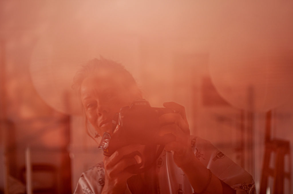 Fotografen spejlet i glasset fra et indrammet fotografi